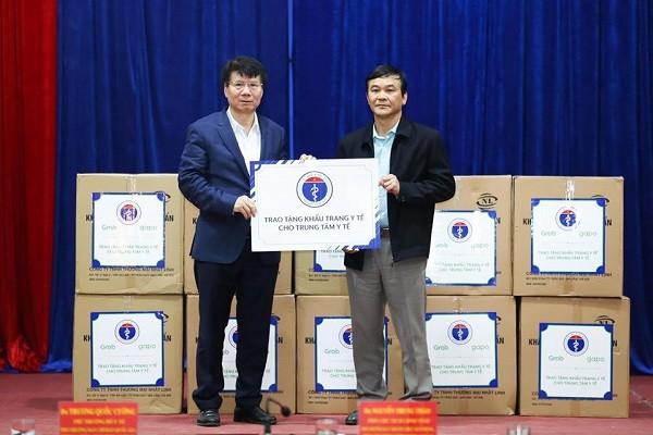 Thứ trưởng Trương Quốc Cường trao tặng 45.000 khẩu trang y tế của Bộ Y tế cho tỉnh Cao Bằng