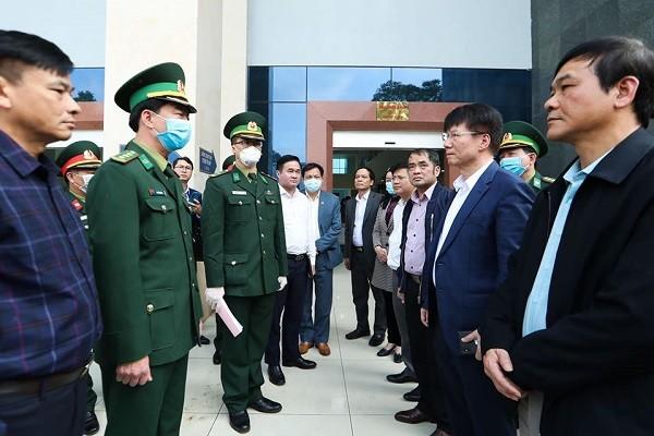 Thứ trưởng Bộ Y tế Trương Quốc Cường kiểm tra tại Cửa khẩu Trà Lĩnh (Cao Bằng)