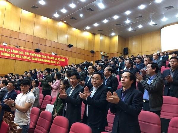 Các đại biểu dự hội nghị dành tràng pháo tay dài để tôn vinh những người nỗ lực chống dịch Covid-19