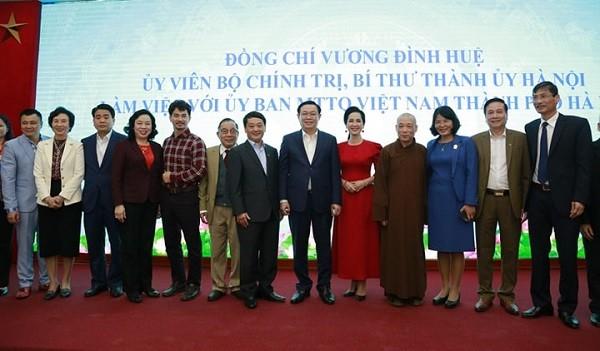 Bí thư Thành ủy chụp ảnh chung với các đại biểu dự buổi làm việc