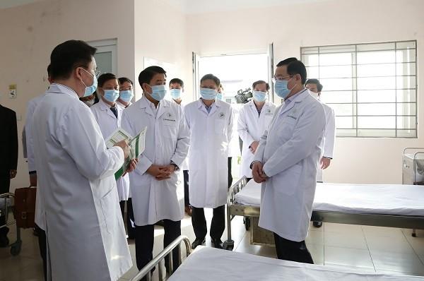 Các đồng chí lãnh đạo TP Hà Nội kiểm tra khu khám sàng lọc bệnh nhân viêm phổi cấp tại BV Đa khoa Đức Giang