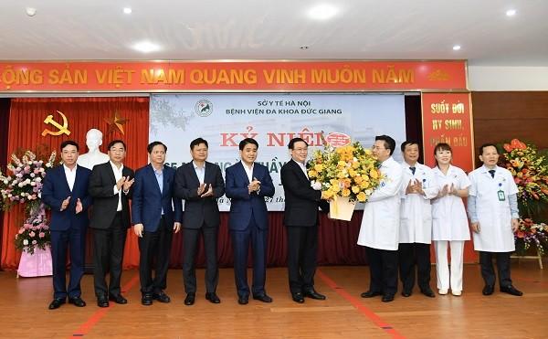 Bí thư Thành ủy chúc mừng các y, bác sĩ Bệnh viện Đa khoa Đức Giang