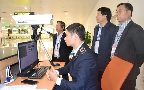Giám đốc Sở Y tế Hà Nội Nguyễn Khắc Hiền (đứng ngoài cùng bên phải) kiểm tra công tác giám sát dịch Covid-19 tại sân bay Nội Bài