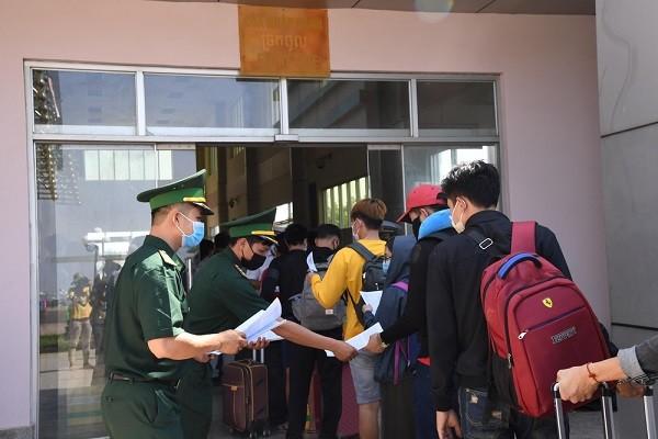 Tất cả khách nhập cảnh từ Campuchia qua cửa khẩu đều phải kê khai y tế