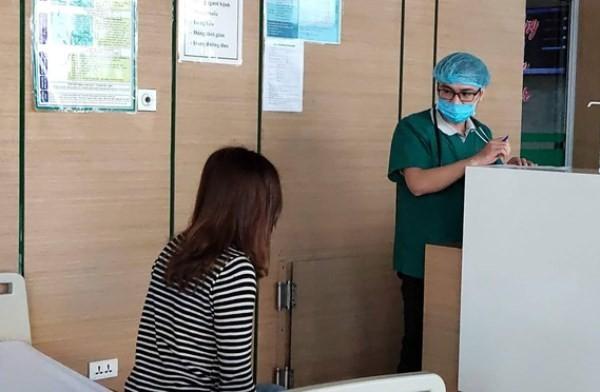 Bác sĩ Bệnh viện Bệnh Nhiệt đới Trung ương cơ sở 2 khám cho bệnh nhân viêm phổi cấp