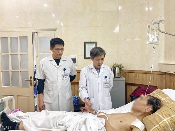 Bệnh nhân 83 tuổi đã hồi phục tốt sau ca mổ thay cùng lúc khớp vai và khớp háng