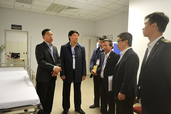 Giám đốc Sở Y tế Hà Nội Nguyễn Khắc Hiền (ngoài cùng, bên trái) kiểm tra công tác kiểm dịch y tế ở sân bay Nội Bài