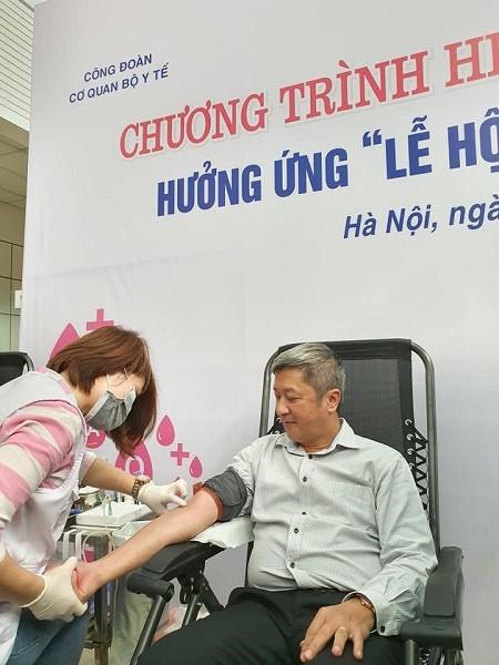 Thứ trưởng Bộ Y tế Nguyễn Trường Sơn tham gia hiến máu vào sáng nay, 12-3
