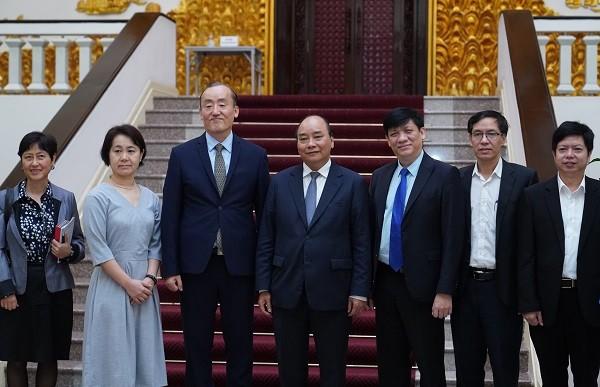 Thủ tướng chụp ảnh chung với đại diện WHO tại Việt Nam