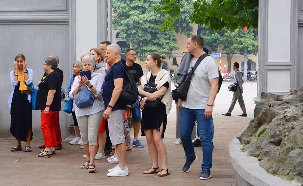 Nhiều khách du lịch nước ngoài đến Hà Nội không đeo khẩu trang ở nơi công cộng