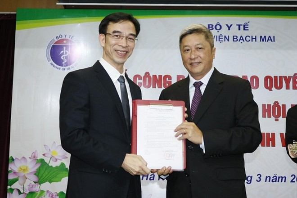 Thứ trưởng Bộ Y tế Nguyễn Trường Sơn trao Quyết định cho GS.TS Nguyễn Quang Tuấn - tân Giám đốc BV Bạch Mai