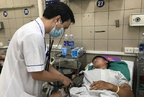 Cấp cứu bệnh nhân ngộ độc tại Bệnh viện Bạch Mai (Ảnh minh họa)