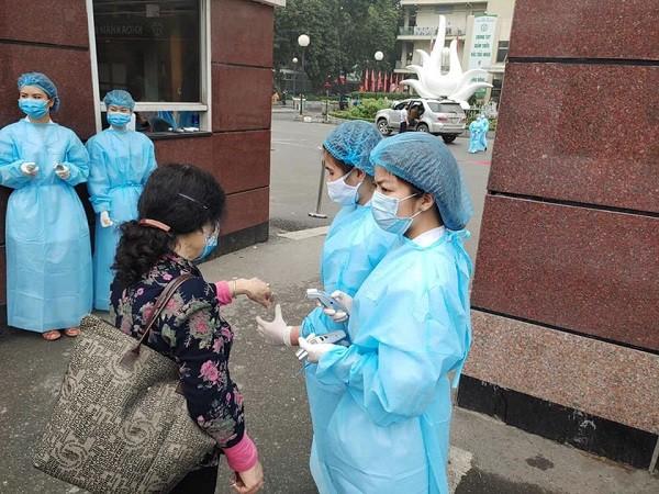 Người bệnh được đo thân nhiệt ngay từ cổng chính vào Bệnh viện Bạch Mai