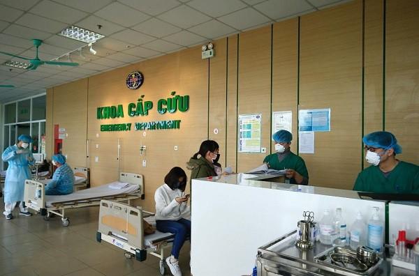 Các bác sĩ đang làm việc tại Khoa Cấp cứu - Bệnh viện Bệnh Nhiệt đới Trung ương