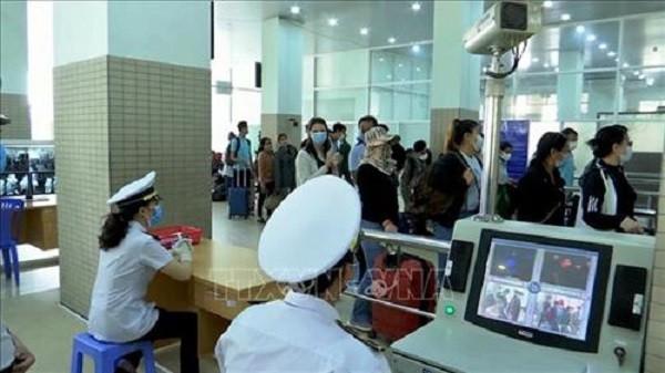 Kiểm dịch y tế hành khách nhập cảnh qua cửa khẩu Mộc Bài, Tây Ninh (Ảnh TTX VN)