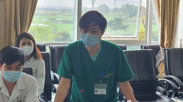 Bác sĩ Bệnh viện Bệnh Nhiệt đới Trung ương báo cáo với đoàn công tác Bộ Y tế