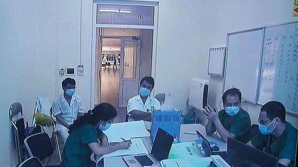 Các bác sĩ Bệnh viện Bệnh Nhiệt đới Trung ương kiểm tra bệnh án những ca bệnh nặng