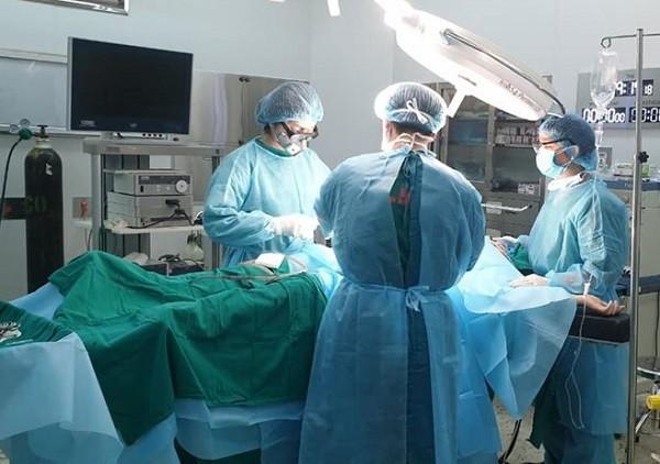 Kíp mổ ruột thừa cấp cứu cho nữ bệnh nhân đang cách ly phòng Covid-19