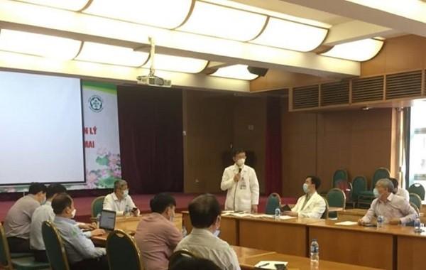 Lãnh đạo Bệnh viện Bạch Mai báo cáo tại buổi làm việc với Thứ trưởng Bộ Y tế