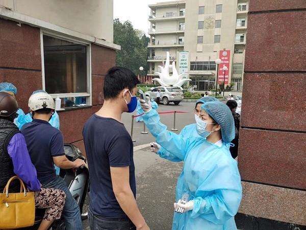 Để phòng dịch, Bệnh viện Bạch Mai chỉ mở cổng chính và kiểm soát chặt khách ra vào