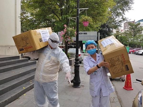 Y bác sĩ Bệnh viện Bạch Mai vận chuyển trang thiết bị bảo hộ phục vụ chống dịch Covid-19
