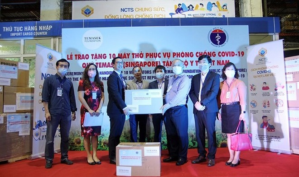 Đại diện Bộ Y tế tiếp nhận khoản viện trợ là 10 máy thở của Quỹ Temasek (Singapore) ngay tại sân bay Nội Bài