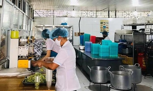 Nhân viên công ty Trường Sinh cung cấp suất ăn tại nhà ăn BV Nội tiết Trung ương