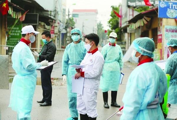 Lực lượng chức năng điều tra dịch tễ ca bệnh số 243 ở thôn Hạ Lôi, xã Mê Linh
