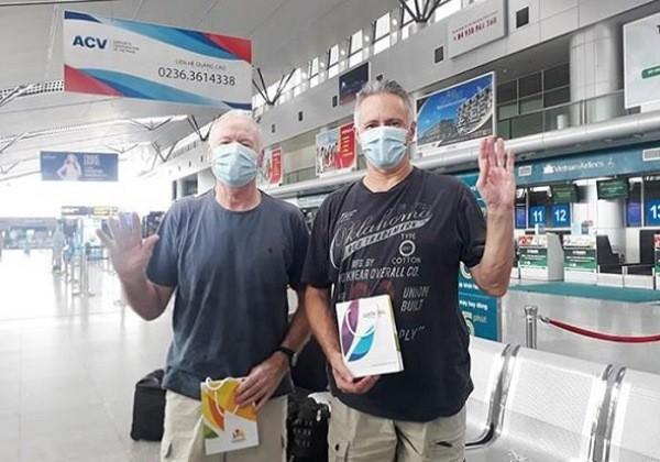 Bệnh nhân số 22 và 23 tạm biệt TP Đà Nẵng để di chuyển vào TP HCM (Ảnh: Trung tâm Hỗ trợ du khách Đà Nẵng)
