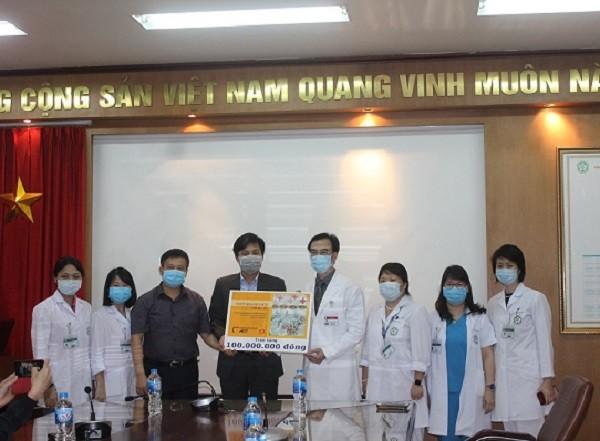 Đại diện Báo ANTĐ và Công ty CP Tầm nhìn Mỹ thuật Đông Dương (Indochineart) trao tặng số tiền tới Bệnh viện Bạch Mai