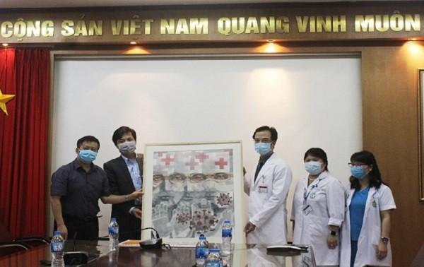 """Trao tặng bức tranh """"Lá chắn trắng"""" tới Bệnh viện Bạch Mai - đây là tác phẩm biểu tượng của chương trình do Báo An ninh Thủ đô cùng Indochine Art tổ chức"""