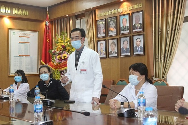 GS.TS Nguyễn Quang Tuấn, Giám đốc BV Bạch Mai cảm ơn tấm lòng của Báo An ninh Thủ đô và Indochine Art