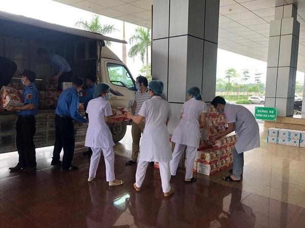 100 thùng sản phẩm Trà thanh nhiệt được trao tặng tới Bệnh viện Bệnh Nhiệt đới Trung ương cơ sở 2