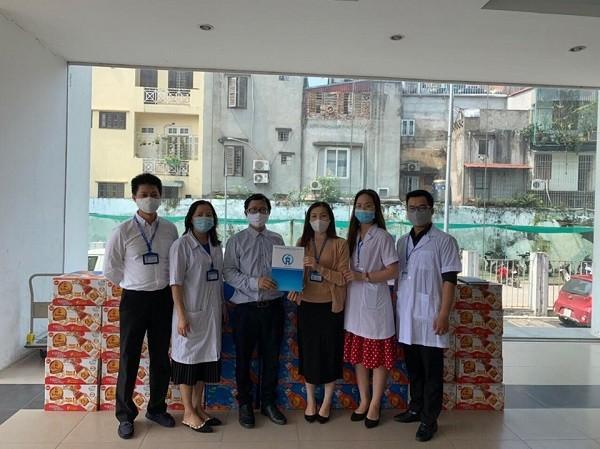 Sản phẩm Trà thanh nhiệt Dr.Thanh được đại diện Báo ANTĐ trao tặng CDC Hà Nội