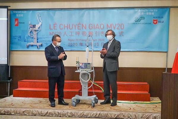 Đại sứ Vũ Hồng Nam (bên trái) nhận máy thở do ông Trần Ngọc Phúc bàn giao