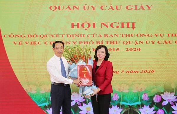 Đồng chí Ngô Thị Thanh Hằng trao Quyết định và chúc mừng đồng chí Nguyễn Văn Chiến