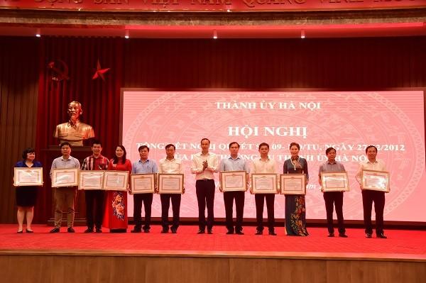 Thành ủy Hà Nội tặng Bằng khen cho 10 tập thể, 10 cá nhân có thành tích xuất sắc trong thực hiện Nghị quyết 09
