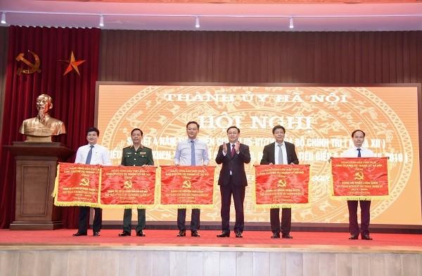 Bí thư Thành ủy Hà Nội Vương Đình Huệ trao Cờ Thi đua cho 5 Đảng bộ cấp trên cơ sở đạt thành tích xuất sắc