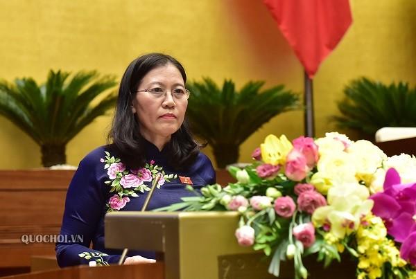 Chủ nhiệm Ủy ban Pháp luật của Quốc hội Lê Thị Nga trình bày báo cáo thẩm tra dự án Luật sửa đổi, bổ sung một số điều của Luật Giám định tư pháp