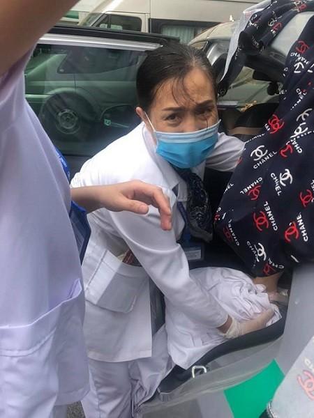 Nữ hộ sinh và các nhân viên phòng tiêm chủng của CDC Hà Nội đỡ đẻ cho sản phụ ngay trên xe taxi