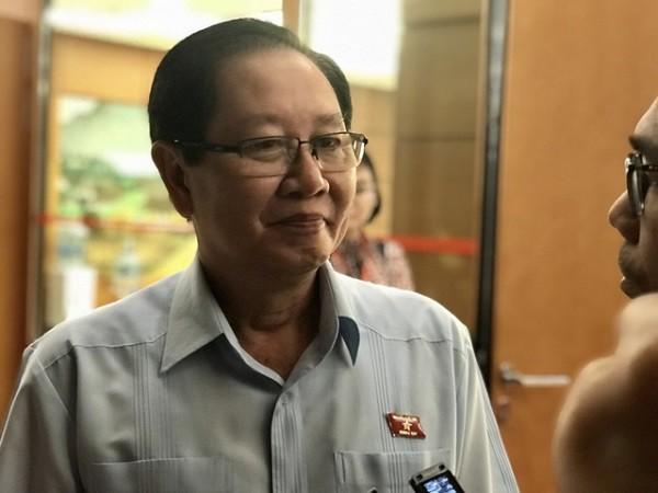 Bộ trưởng Lê Vĩnh Tân trả lời báo chí bên hành lang Quốc hội