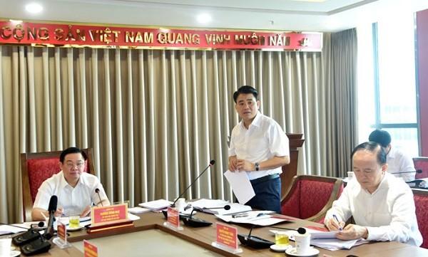 Chủ tịch UBND TP Hà Nội Nguyễn Đức Chung báo cáo tại buổi làm việc