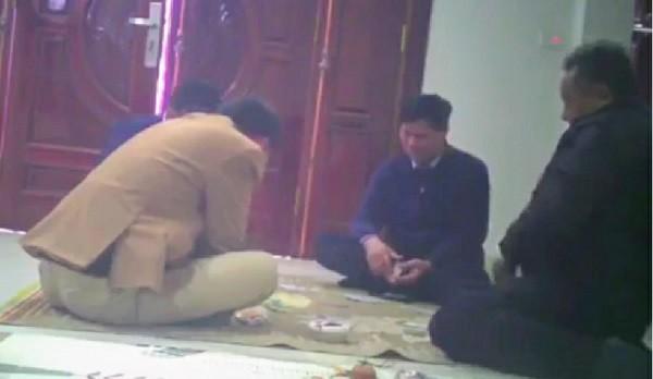 Hình ảnh (cắt từ video) Bí thư Đảng ủy xã Cao Viên cùng cán bộ xã đánh bạc