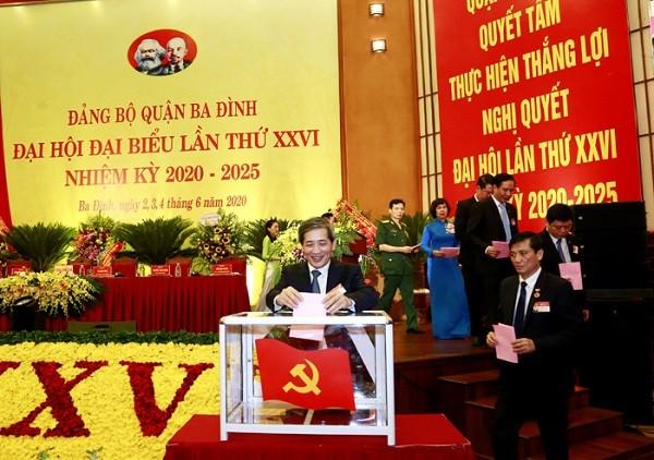 Các đại biểu bỏ phiếu bầu Ban Chấp hành Đảng bộ quận Ba Đình khóa XXVI, nhiệm kỳ 2020-2025