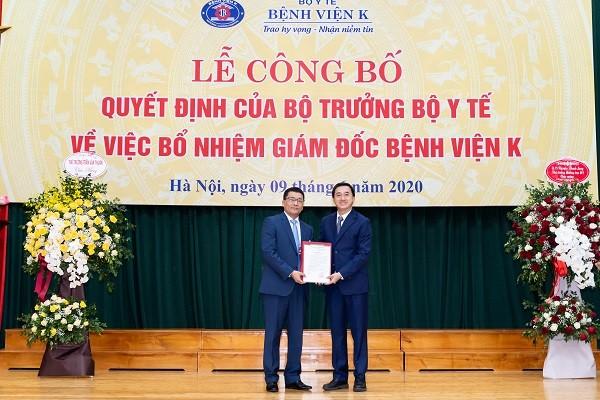 Thứ trưởng Bộ Y tế Trần Văn Thuấn trao Quyết định cho tân Giám đốc Bệnh viện K