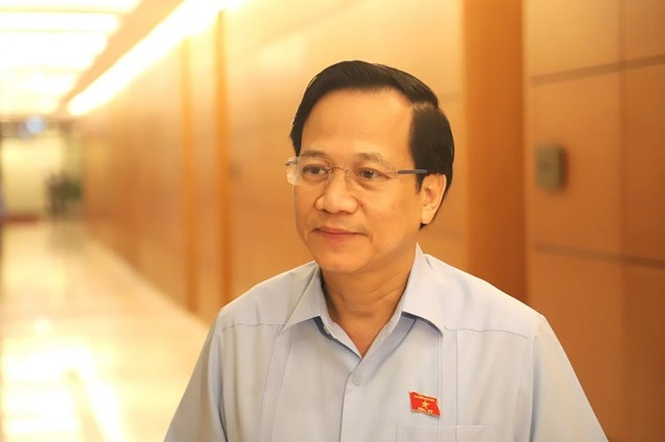 Bộ trưởng Đào Ngọc Dung trả lời báo chí bên hành lang Quốc hội