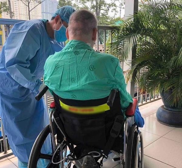 Phi công người Anh ngồi xe lăn ra hành lang bệnh viện, tự thở được 24h