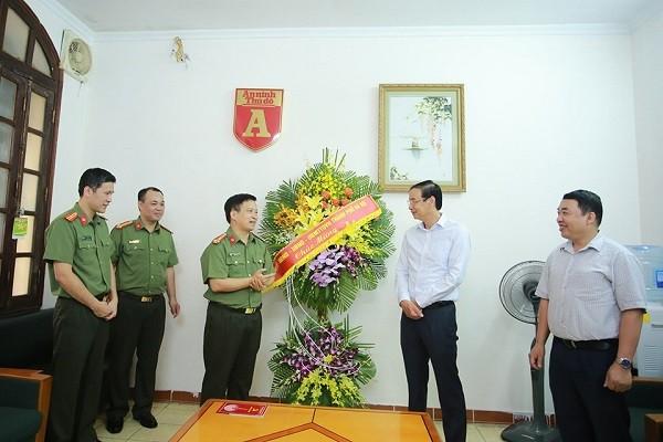 Tổng Biên tập Báo An ninh Thủ đô Nguyễn Thanh Bình báo cáo với Phó Bí thư Thành ủy Đào Đức Toàn