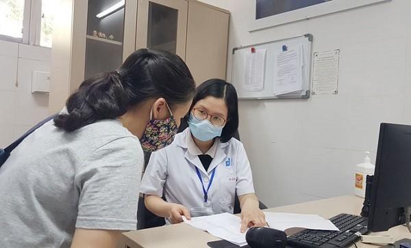 Bác sĩ Đặng Bích Diệp khám và tư vấn cách bảo vệ da cho bệnh nhân trong mùa hè