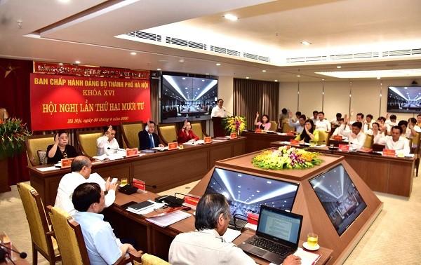 Các đại biểu thông qua dự thảo Nghị quyết hội nghị